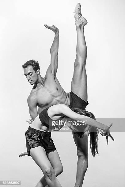 flexible dancers dancing against white background - split acrobatiek stockfoto's en -beelden