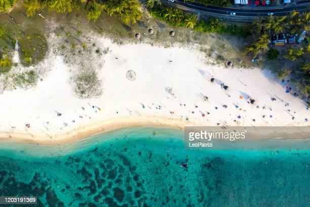 playa de flic en flac en la costa oeste de mauricio - islas mauricio fotografías e imágenes de stock