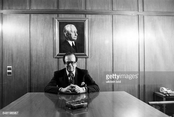 Flick Friedrich Karl * Unternehmer Industrieller D/ Oesterreich Halbportait am Konferenztisch unter dem Portrait des Firmengruenders Friedrich Flick...