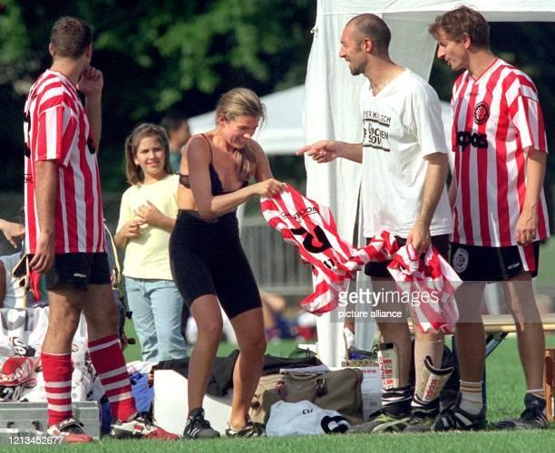 """Fliegenden Kleiderwechsel am Spielfeldrand praktiziert Anke Engelke vom """"Wochenshow""""-Team von Sat.1 am 4.9.1999 beim Fußballturnier um den """"Deutschen..."""
