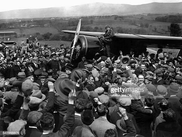 *24071897 Fliegerin USAüberquerte als erste Frau den Atlantik umringt von einer begeistertenMenschenmenge nach ihrer Ankunft inLondonderry AE auf...