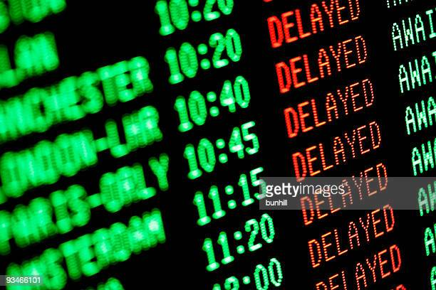 flight delays - delayed departures / arrivals screen - wachten stockfoto's en -beelden