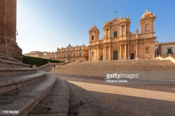 flight of steps frames the ancient facade of cattedrale di san nicola di mira, noto, unesco world heritage site, province of syracuse, sicily, italy, europe - sicilia foto e immagini stock