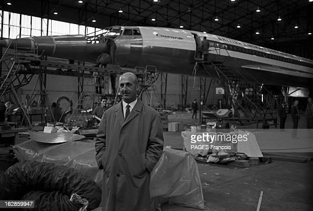 Flight Simulator Of A Concorde Cockpit En 1967 un homme non identifié devant un Concorde en construction dans un hangar