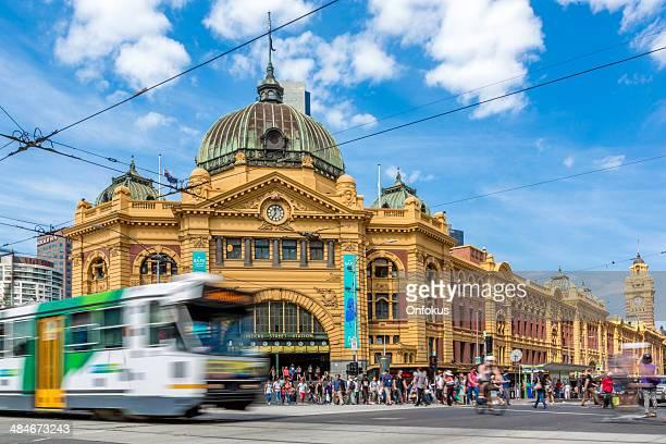 estação flinders street, e bonde em melbourne, austrália - melbourne austrália - fotografias e filmes do acervo