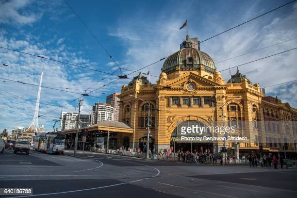 flinders street station, melbourne, australia - melbourne australia stock pictures, royalty-free photos & images