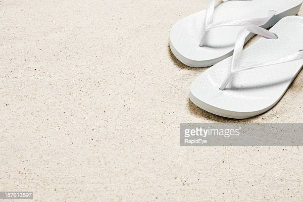 Flip flop Sandale on snow white sand