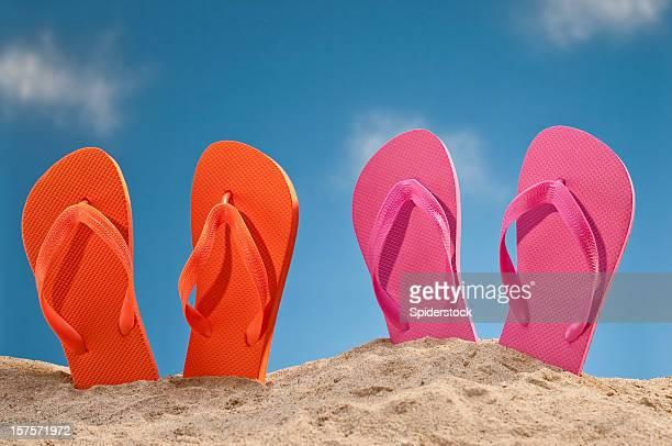 tongs sur la plage - paire photos et images de collection