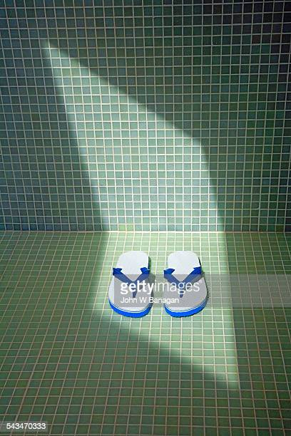 flip flops in shower - casal chuveiro imagens e fotografias de stock