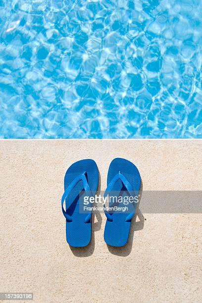 infradito accanto alla piscina - ciabatta infradito foto e immagini stock