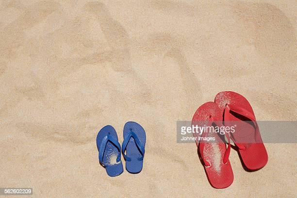 flip flops on sand - ciabatta infradito foto e immagini stock