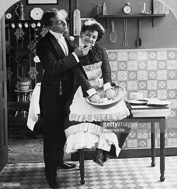 Flirting 'Mr Honeymoon' flirting with a maid in the kitchen 1901 Published by 'Berliner Illustrirte Zeitung' 2/1902 Vintage property of ullstein bild