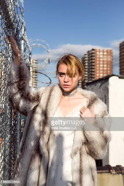 flirting with the fence - east harlem - fotografias e filmes do acervo