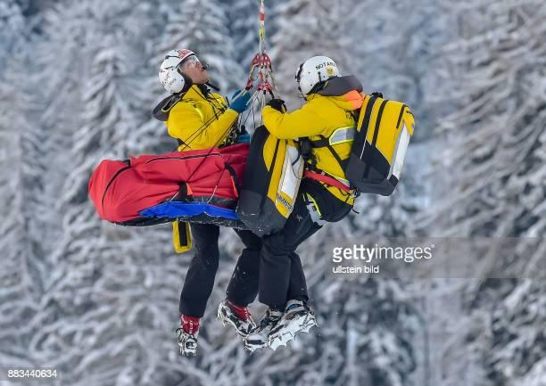 Flo Scheiber wird mit zwei Bergrettern in einer Vakkummatratze vom Helikoptern ausgeflogen waehrend dem 2 Trainingslauf zum 76 FIS Abfahrtsweltcup...