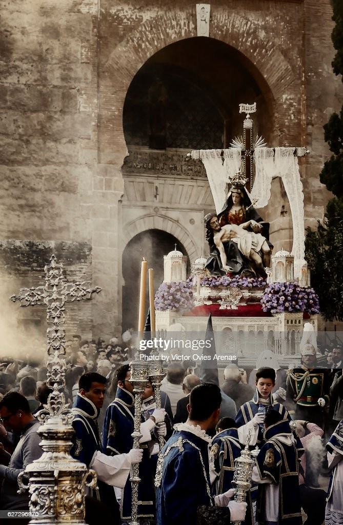 Float of Our Lady of the Alhambra and marching band outside the Alhambra's Puerta de la Justicia, for their annual Easter procession on Holy Saturday in Granada, Andalucia, Spain : Foto de stock