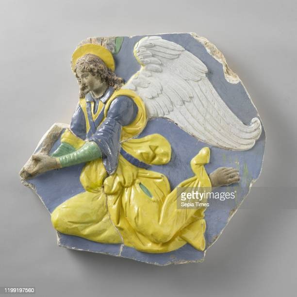 Floating angel, The angel holds in front of her an indefinable object. He has raised the right leg with the knee forward and the other with his foot...