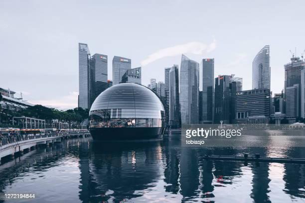schwimmender apple store und skyline von singapur in marina bay - uferviertel stock-fotos und bilder
