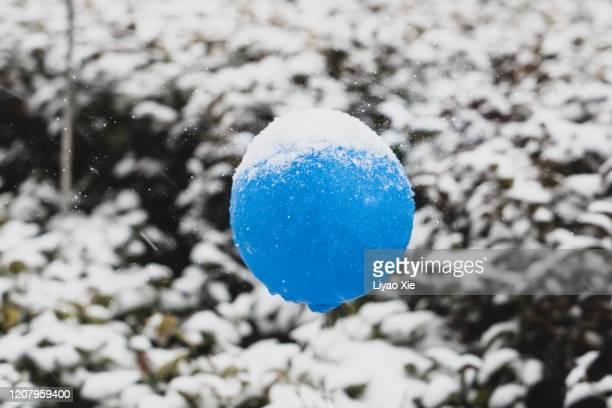 floating balloon in snow weather - liyao xie fotografías e imágenes de stock