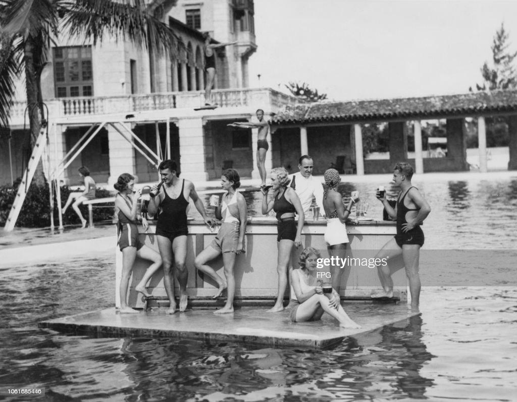 Floating Bar : News Photo