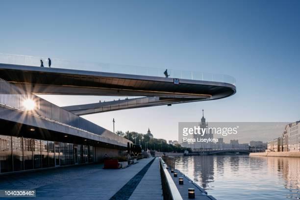 floating bridge over moskva river at sunrise. - moscou - fotografias e filmes do acervo