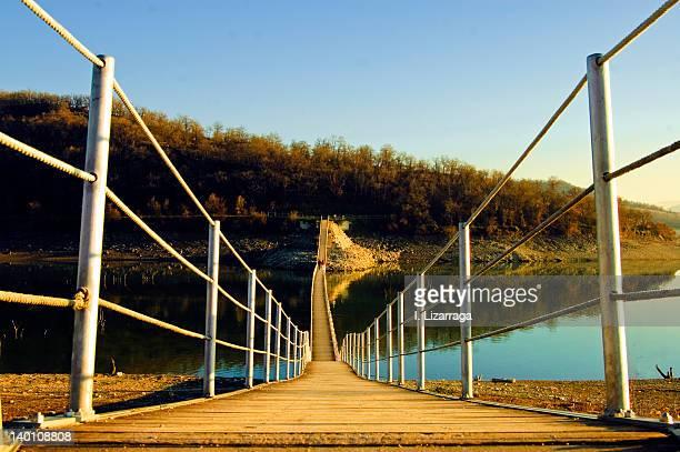 floating bridge over river - ビトリア=ガステイス ストックフォトと画像