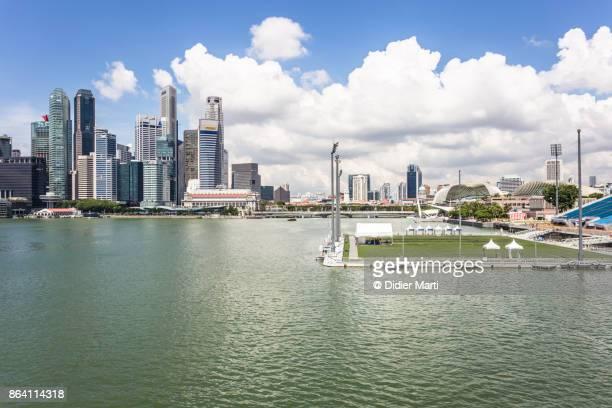 floating football field in singapore - marina bay singapur stock-fotos und bilder