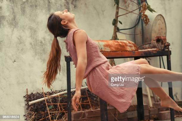 floating girl - 宙に浮かぶ ストックフォトと画像