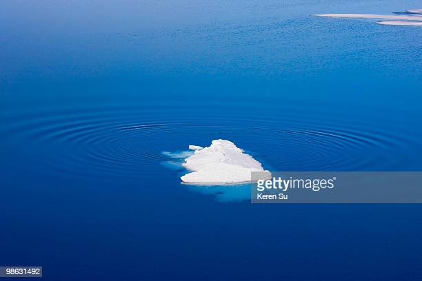 floating ice in the arctic ocean, olgastretet - ijsschots stockfoto's en -beelden