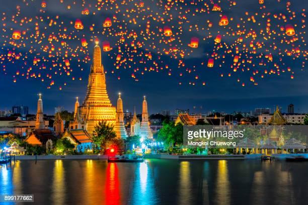 floating lamp and krathong lantern in yee peng festival at wat arun is a buddhist temple (wat) in bangkok yai district of bangkok, thailand - yi peng stock pictures, royalty-free photos & images