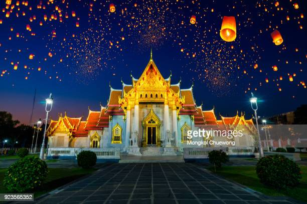 floating lamp and krathong lantern in yee peng festival at wat benchamabophit dusitvanaram is a buddhist temple (wat) in the dusit district of bangkok, thailand. also known as the marble temple - loi krathong stock photos and pictures