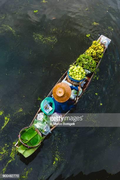 floating market. bangkok, thailand. - chapeau chinois photos et images de collection