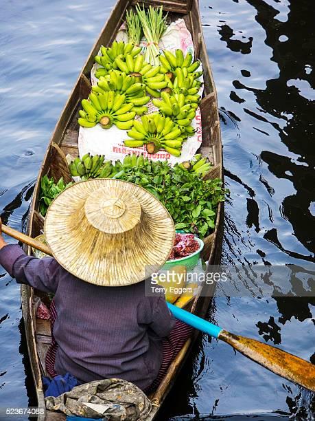 floating market in damnoen saduak, thailand - floating market stock photos and pictures
