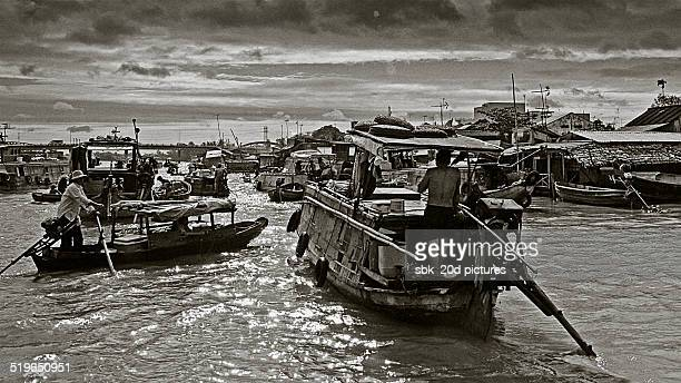 floating market in vietnam - can tho province stock pictures, royalty-free photos & images