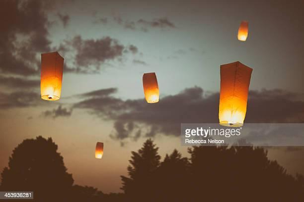floating paper lanterns - ランタン ストックフォトと画像