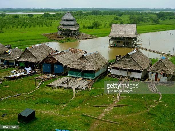 floating shantytown of belen - río amazonas fotografías e imágenes de stock