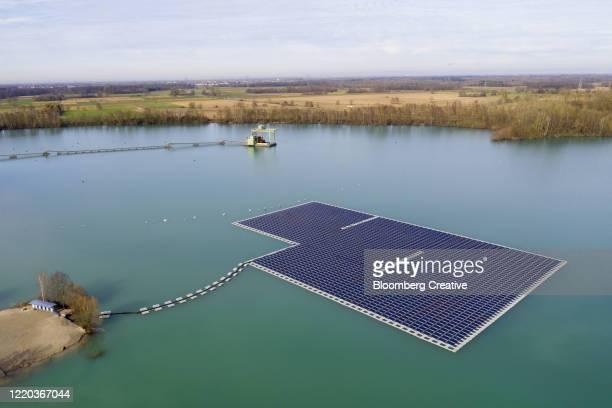floating solar panel farm - drijven stockfoto's en -beelden