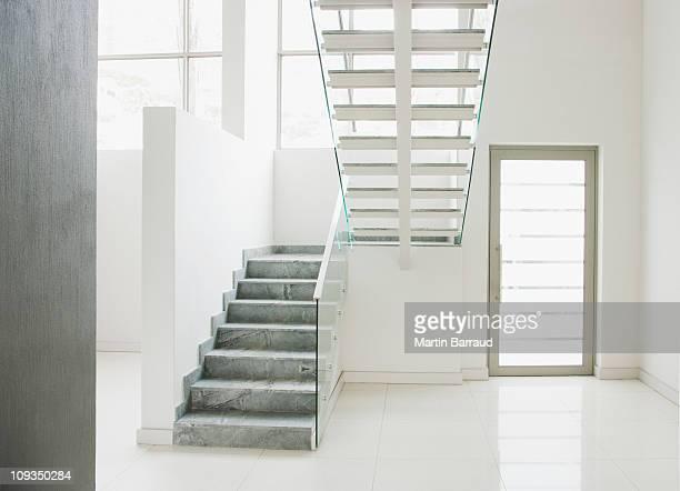 Escalier flottant et les murs en verre pour maison moderne