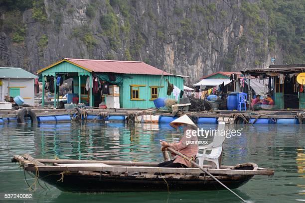 aldeia flutuante na lan ha bay, vietname - halong bay imagens e fotografias de stock