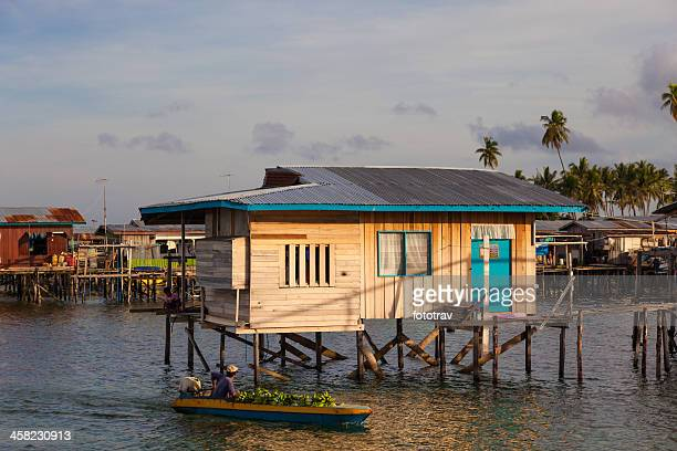 aldeia flutuante na ilha mabul, malásia, bornéu de sipadan - ilha de mabul imagens e fotografias de stock