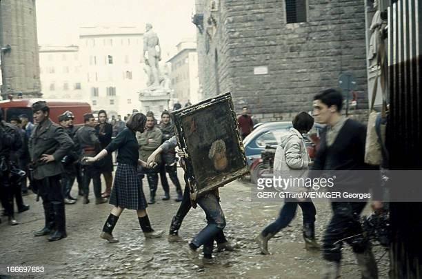 Flood In Florence Inondation catastrophique à Florence devant la fontaine de Neptune sur la place de la Seigneurie submergée de boue et de mazout on...