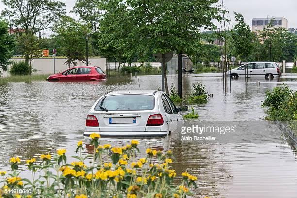 flood in town - alain bachellier photos et images de collection