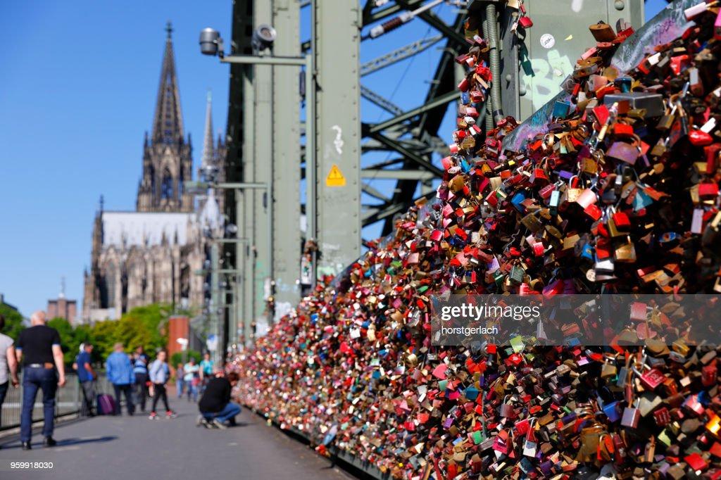 Flut von Liebe Schlösser an der Hohenzollernbrücke, Köln : Stock-Foto