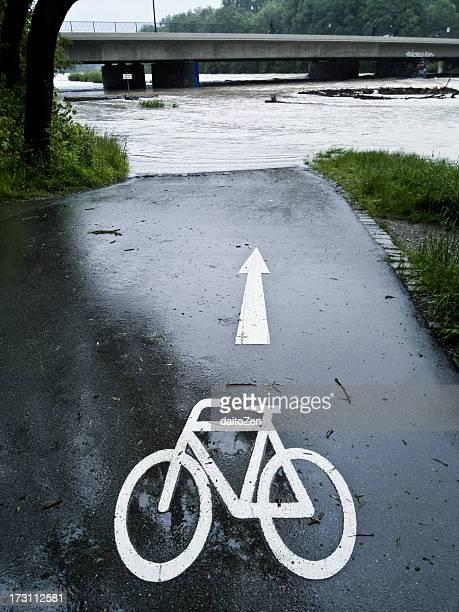 flood water blocking bike path - fiume isar foto e immagini stock