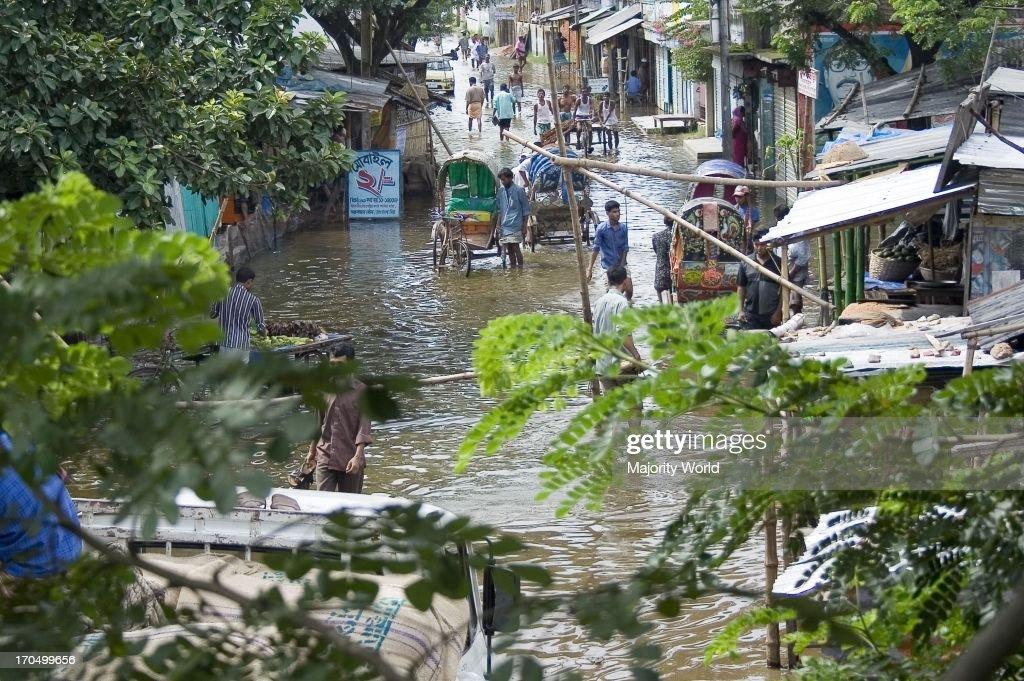 Flooded community of Demra in Dhaka city : Fotografía de noticias