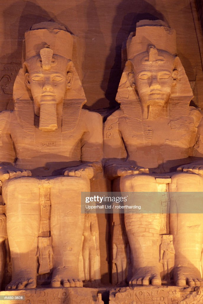 Floodlit colossi of Ramses II (Ramesses the Great), seated statues on facade of temple, Abu Simbel, UNESCO World Heritage Site, Nubia, Egypt, North Africa, Africa : Stockfoto