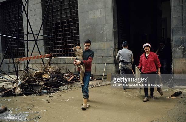 Floods In Florence Florence novembre 1966 Les dégats dans les rues et les églises et le musée des Offices après la crue de l'Arno évacuation en hâte...