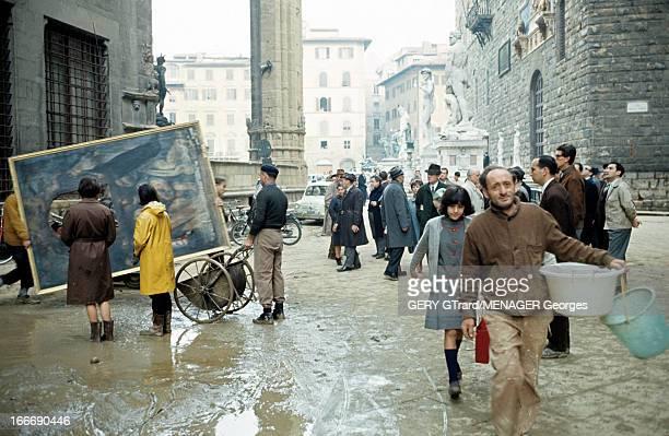 Floods In Florence Florence novembre 1966 Suite à la crue de l'Arno devant la fontaine de Neptune sur la place de la Seigneurie submergée de boue et...