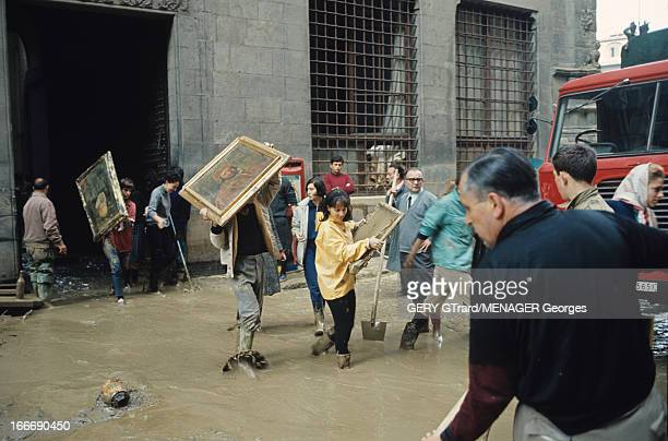 Floods In Florence Florence novembre 1966 Suite à la crue de l'Arno on évacue en hâte les toiles menacées du musée des Offices