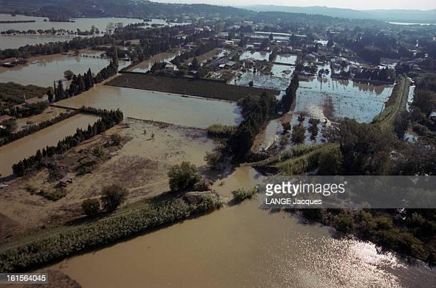 Floods In South East Inondations dans le sudest Vues aériennes de la région d'ARAMON dans le Gard sous les eaux