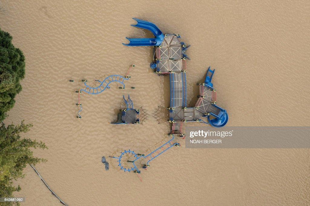 TOPSHOT-US-WEATHER-CALIFORNIA-FLOODS : News Photo